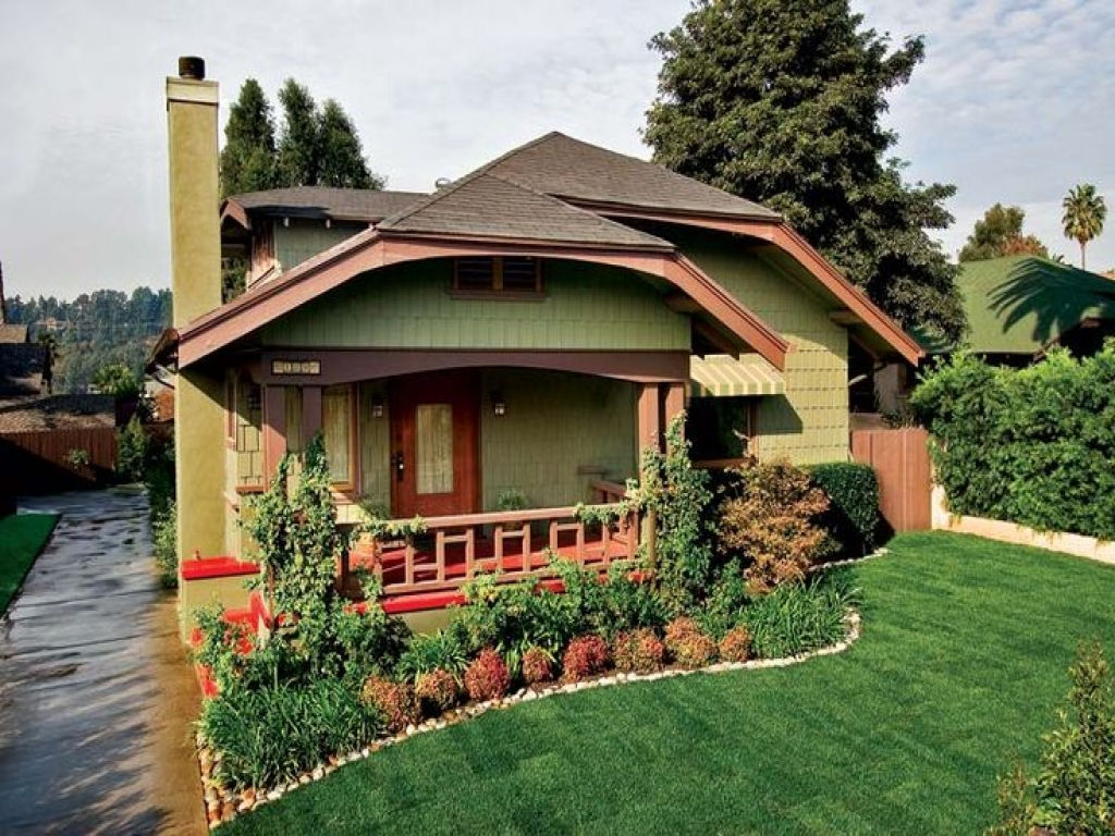 Craftsman bungalow colors exterior craftsman bungalow for Bungalow house exterior paint colors in the philippines