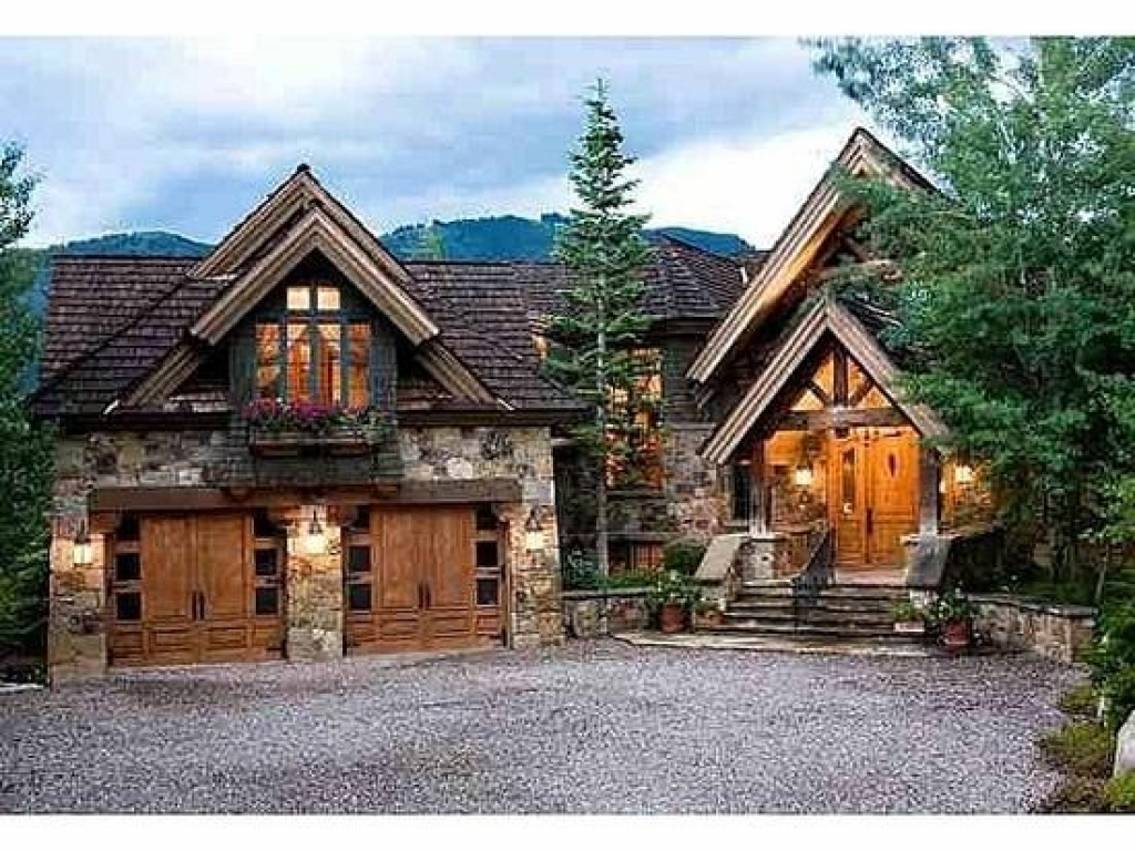 Small lodge style homes mountain lodge style home lodge for Mountain lodge home plans