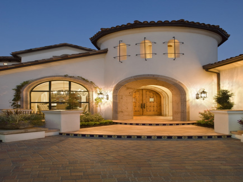 Spanish style homes with courtyards spanish mediterranean for Spanish mediterranean homes
