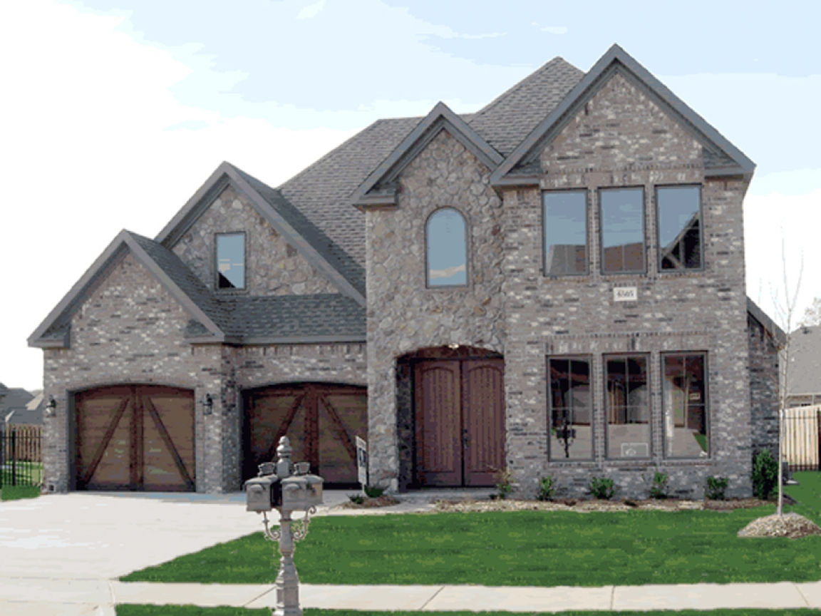 Country brick homes homes with brick and stone front for Half brick half siding house