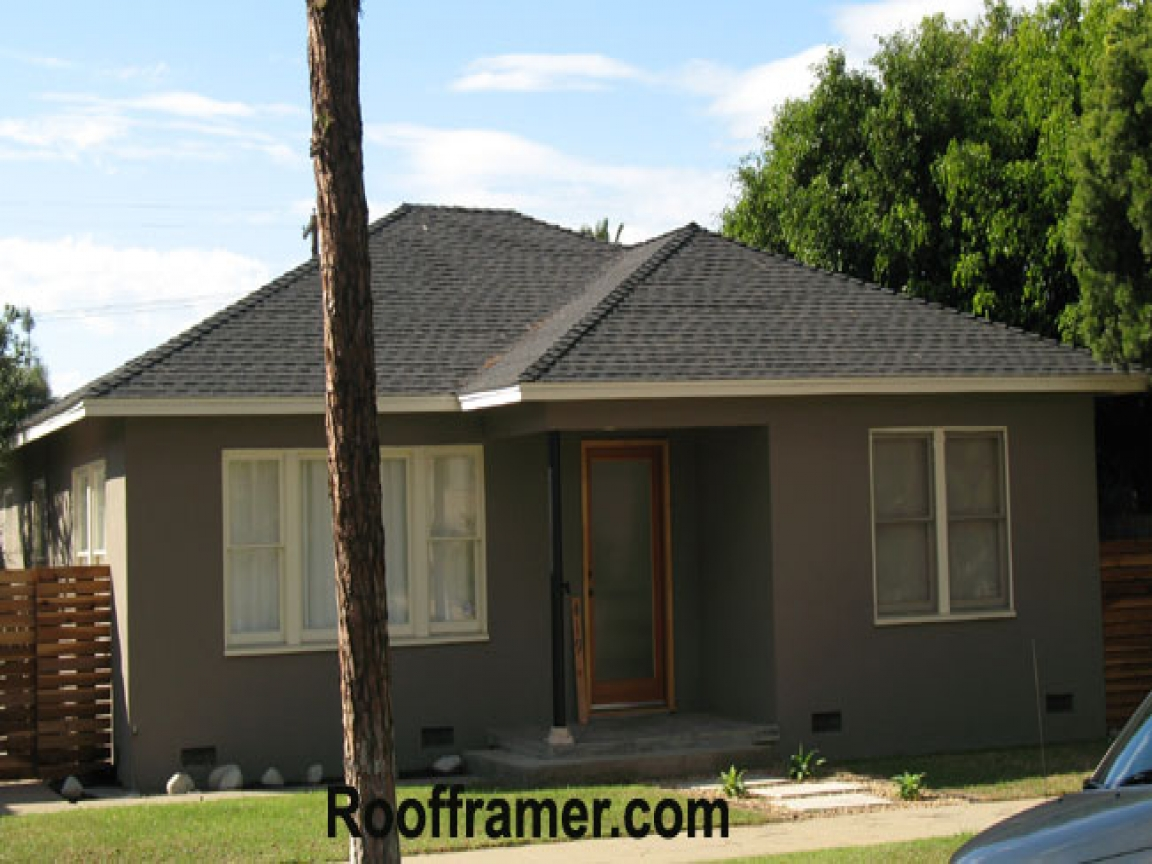 Hip roof house ranch house with hip roof hip roof house for Hip roof ranch house plans