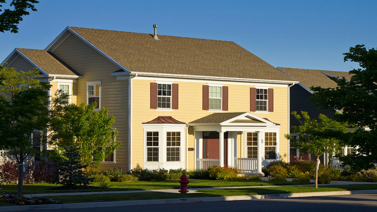 Bungalow style homes new colonial style homes what is a for Colonial home builders