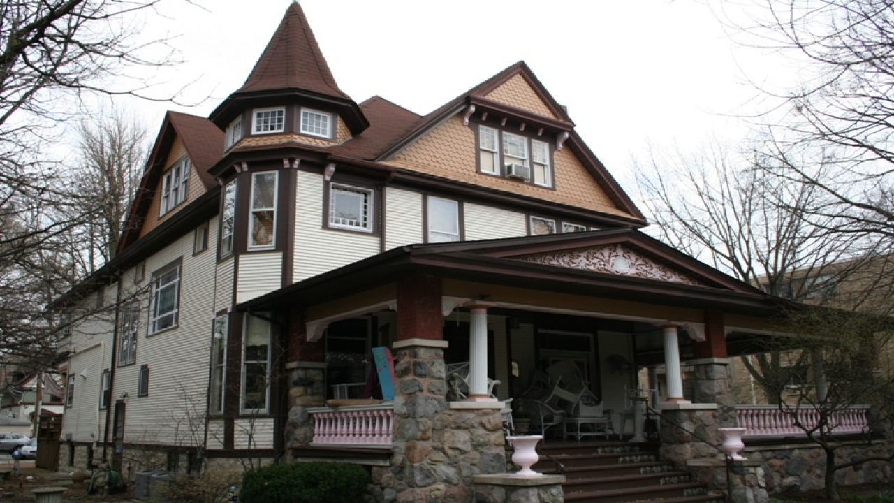 Queen anne style home tudor style homes early 1900s house for Styles of homes built in 1900