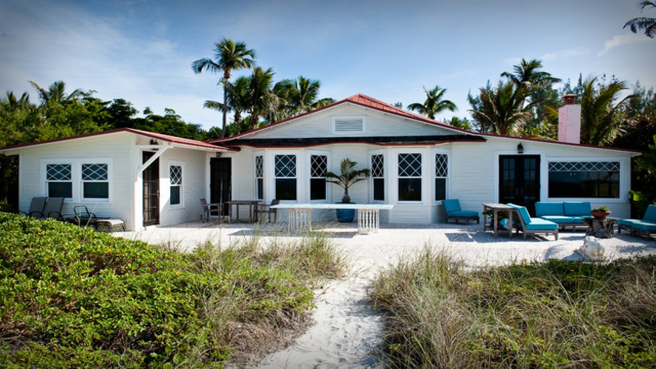 Cottage style homes exteriors tropical beach cottage for Beach house style homes