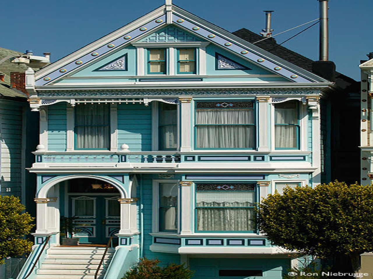 Blue victorian house san francisco houses yellow victorian for Savannah style house plans