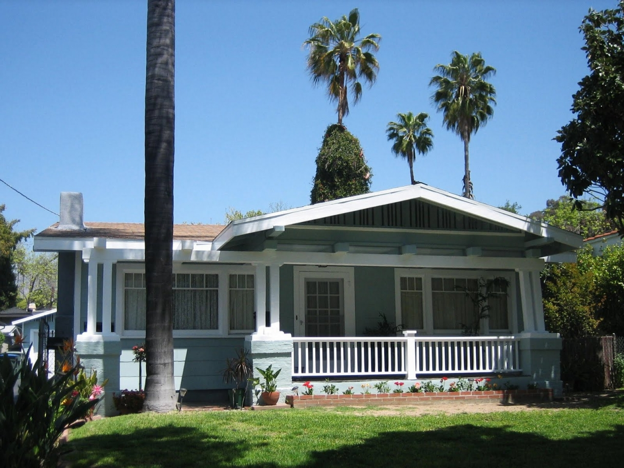 Bungalow characteristics bungalow house what is a for California bungalow vs craftsman