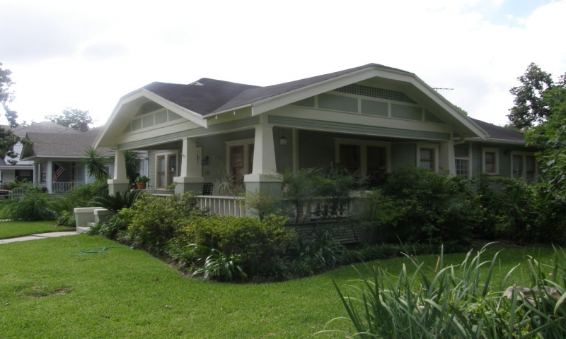 Craftsman bungalow homes with wrap around porch old style for Craftsman style house plans with wrap around porch